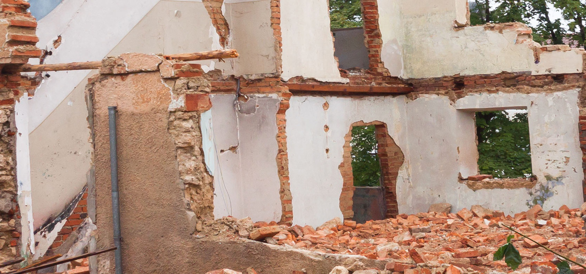 Affald tegl, murbrokker fjernes med grab af vognmand